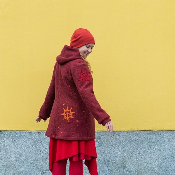 Aurinkotakki - punainen villakangastakki aurinkokuvioilla, tehty Suomessa, Minna Suuronen Design