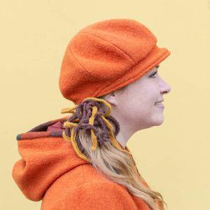 Oranssi villahattu, talvihattu. Baskerimainen muoto, jossa lierimäinen lippa edessä.
