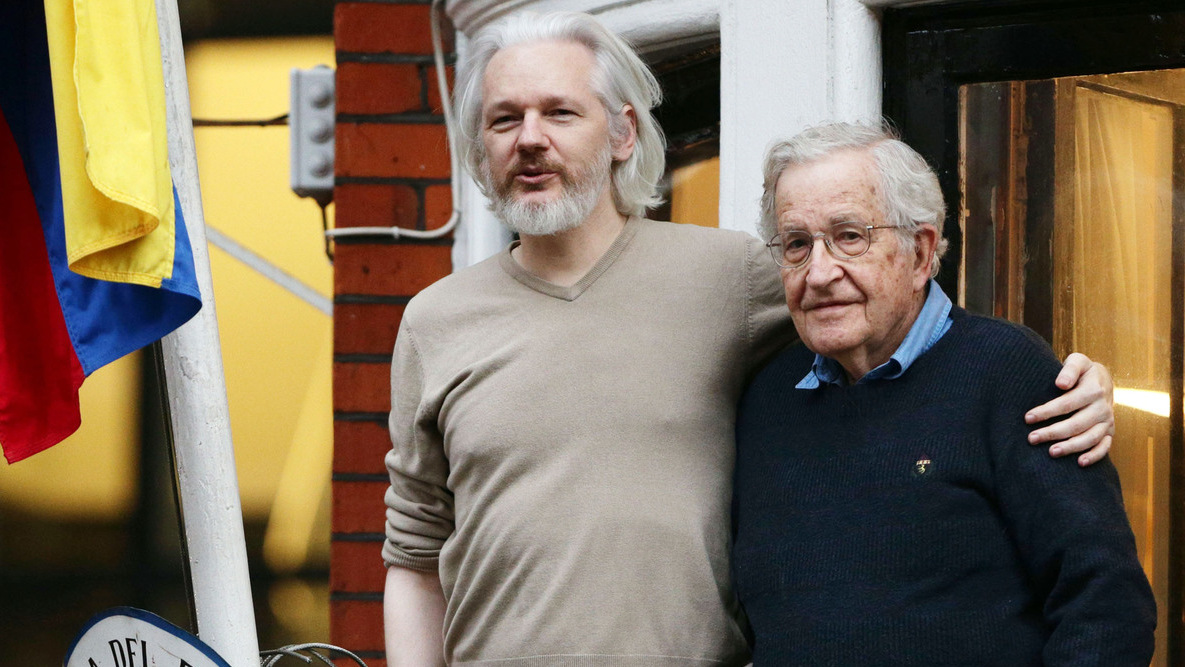 Julian Assange (left) with American linguist, philosopher Noam Chomsky on the balcony of the Ecuadorian Embassy in London. (Photo: Yui Mok/PA)