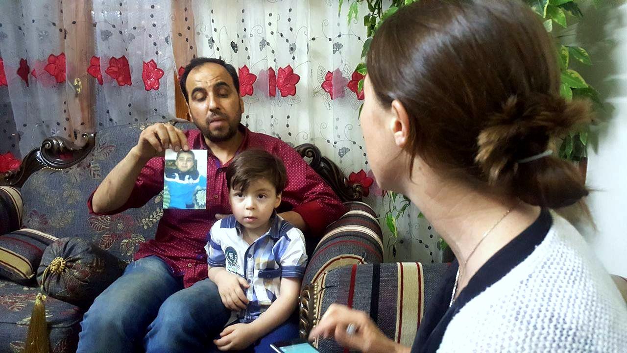 Mohammed Daqneesh zeigt ein Foto von seinem 11-jährigen Sohn, der aufgrund von Verletzungen starb, die am selben Tag angestiegen sind, dass Omran, bekannt als der Aleppo-Junge) war leicht verwundet, eine Tatsache, die der Großteil der Medien verpasst hat.  Aleppo, Syrien, 6. Juni 2017 (Foto: Danny Makki / MintPress News)