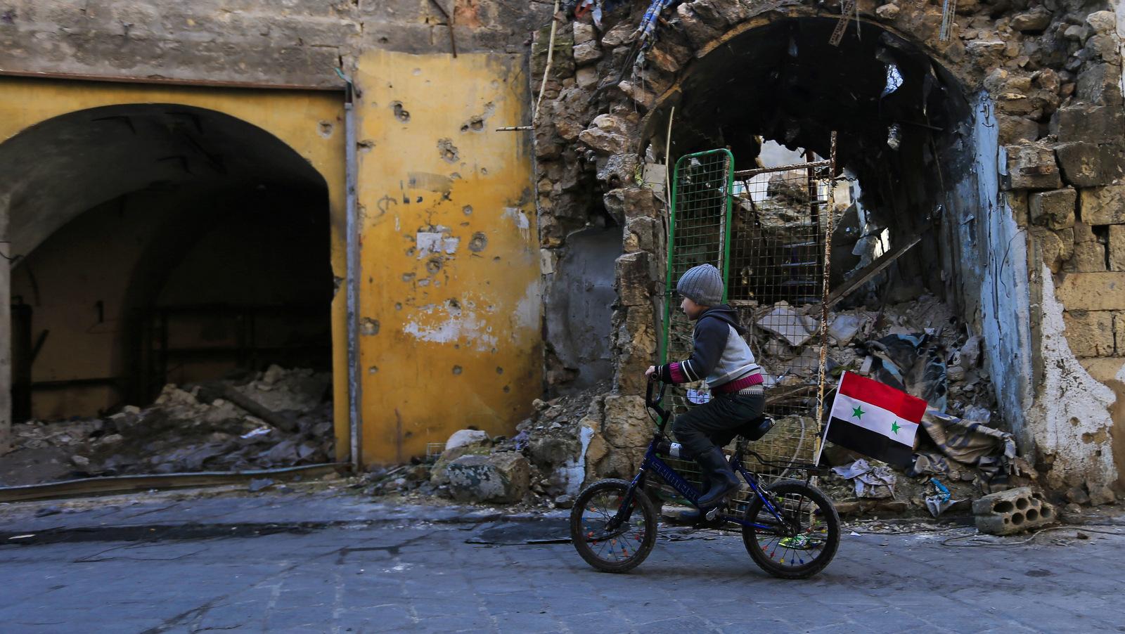Ein junger Junge reitet sein Fahrrad durch die Zerstörung der einst Jalloum Nachbarschaft im östlichen Aleppo, Syrien, nachdem es von syrischen Rebellen befreit worden war, 20. Januar 2017. (AP / Hassan Ammar)