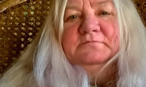 Royaume-Uni: Elle retrouve sa fille adoptée il y 43 ans sur Facebook