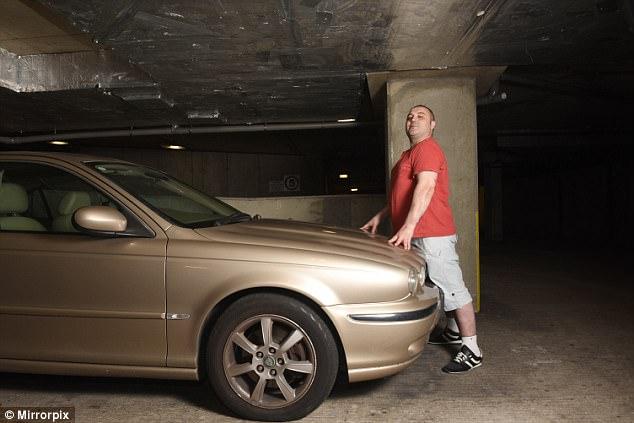 m canophilie amoureux de sa voiture il fait l amour sa jaguar. Black Bedroom Furniture Sets. Home Design Ideas