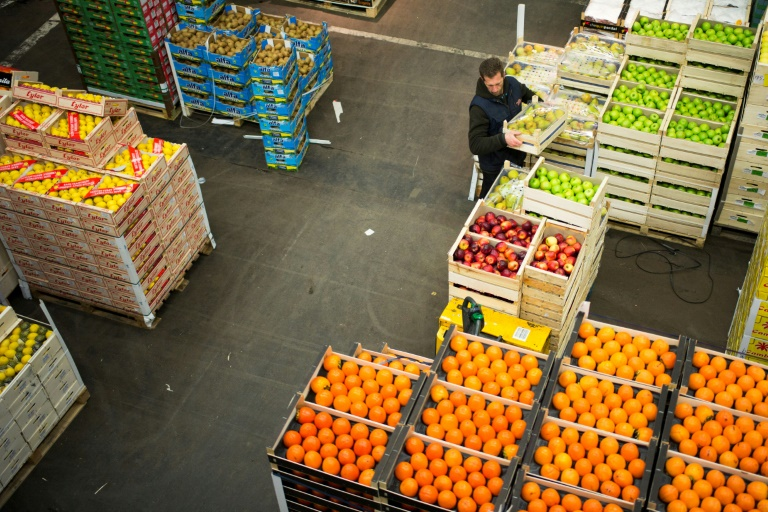 La zone des fruits au marché international de Rungis, le 1er décembre 2017, près de Paris