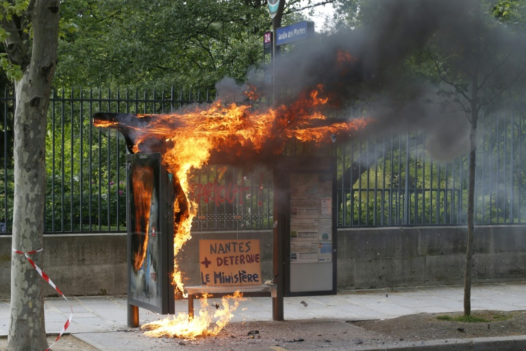 Un arrêt de bus incendié en marge du cortège syndical du 1er mai 2018 à Paris