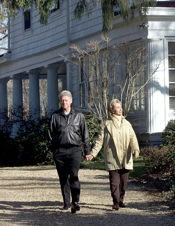 (ARCHIVES) Bill et Hillary Clinton devant leur domicile de Chappaqua, au nord de New York