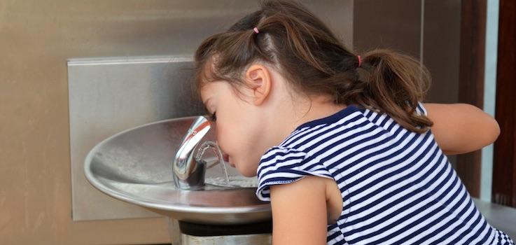 Agua de grifo o embotellada para niños