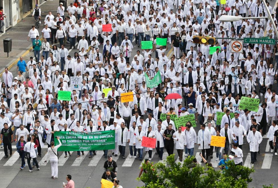 Protestan médicos en diferentes entidades del país