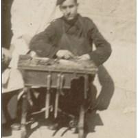 D. Álvaro trabajando de zapatero en la mili