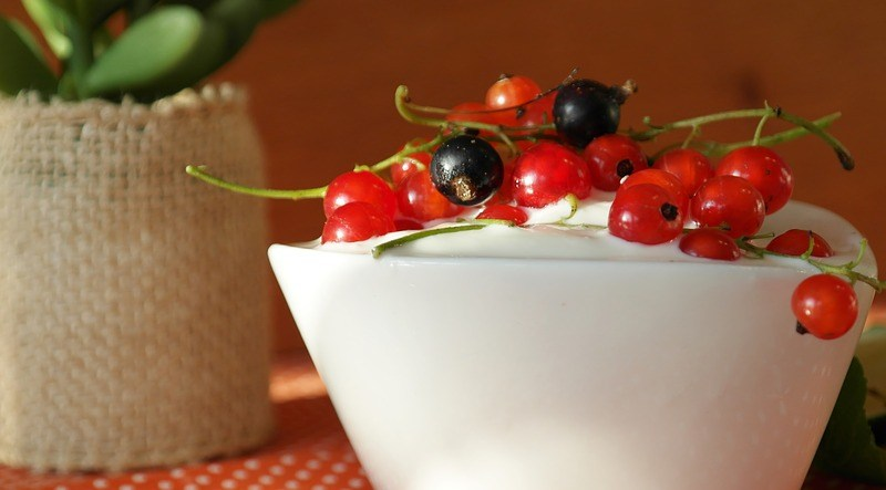 Mix ovoce, cereálií, dobrých tuků a bílkovin