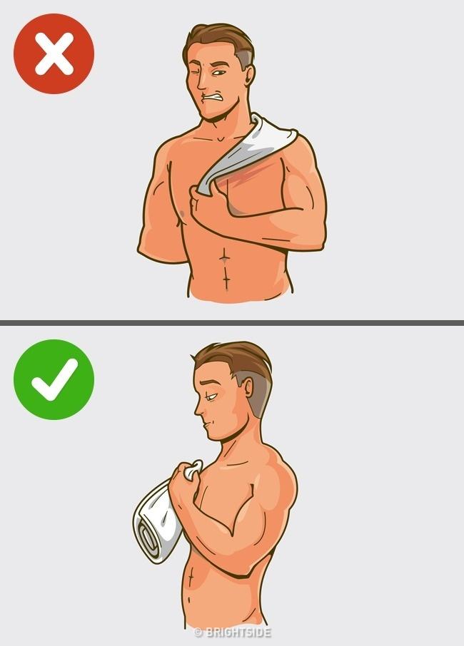 Použijte měkký ručník nebo osušku a klidně nechejte pokožku jemně vlhkou
