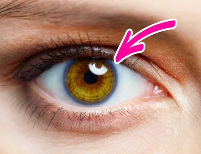 Barevné kruhy kolem duhovek očí