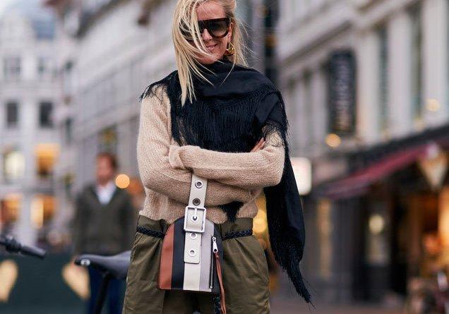 Malé kabelky do ruky s řemínkem jsou letošním trendem