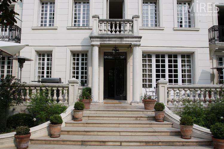 Une maison de style classique avec un grand jardin C0578  Mires Paris