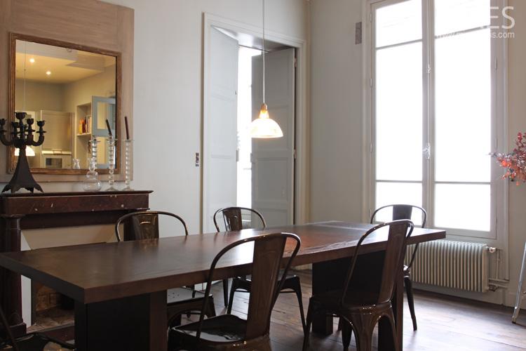 chaises en fer table en bois fonce