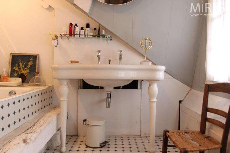 Ancien lavabo en faence blanche sur pieds carrelage rtro C0571  Mires Paris