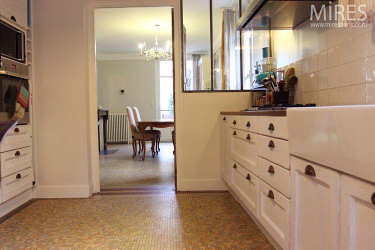 Une cuisine blanche avec un tableau noir C0646  Mires Paris