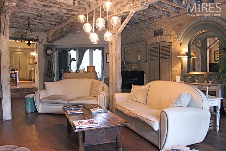 Poutres murs en pierre et meubles de campagne C0678  Mires Paris