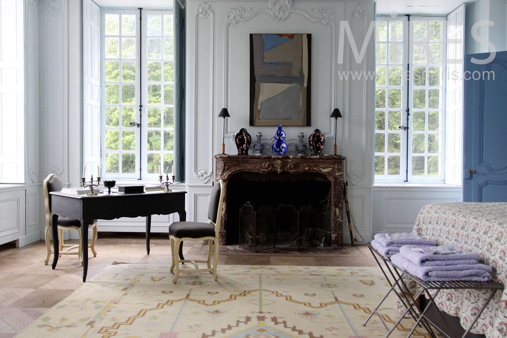 Boiseries blanches et salle de bains bleue C0738  Mires Paris