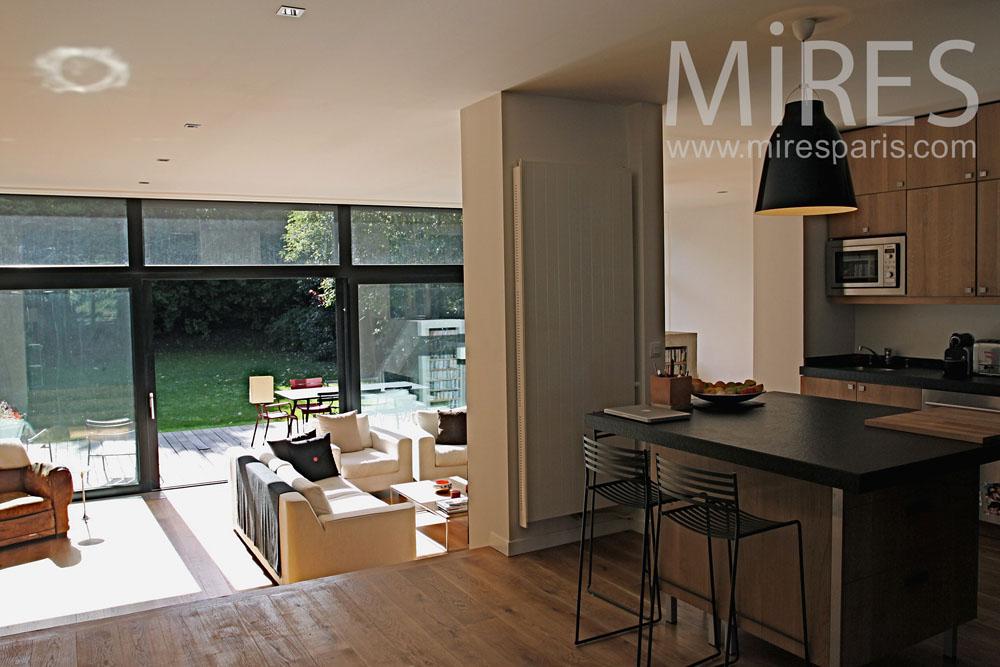 salon avec une grande baie vitree