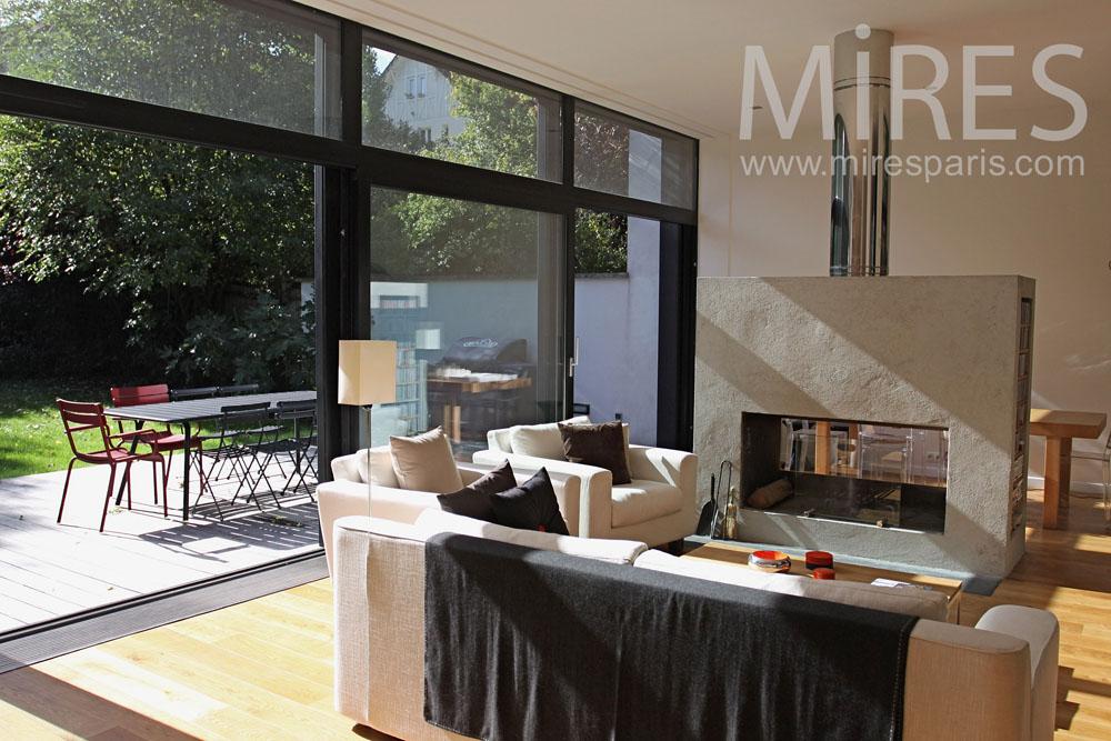 Salon avec une grande baie vitre C0762  Mires Paris