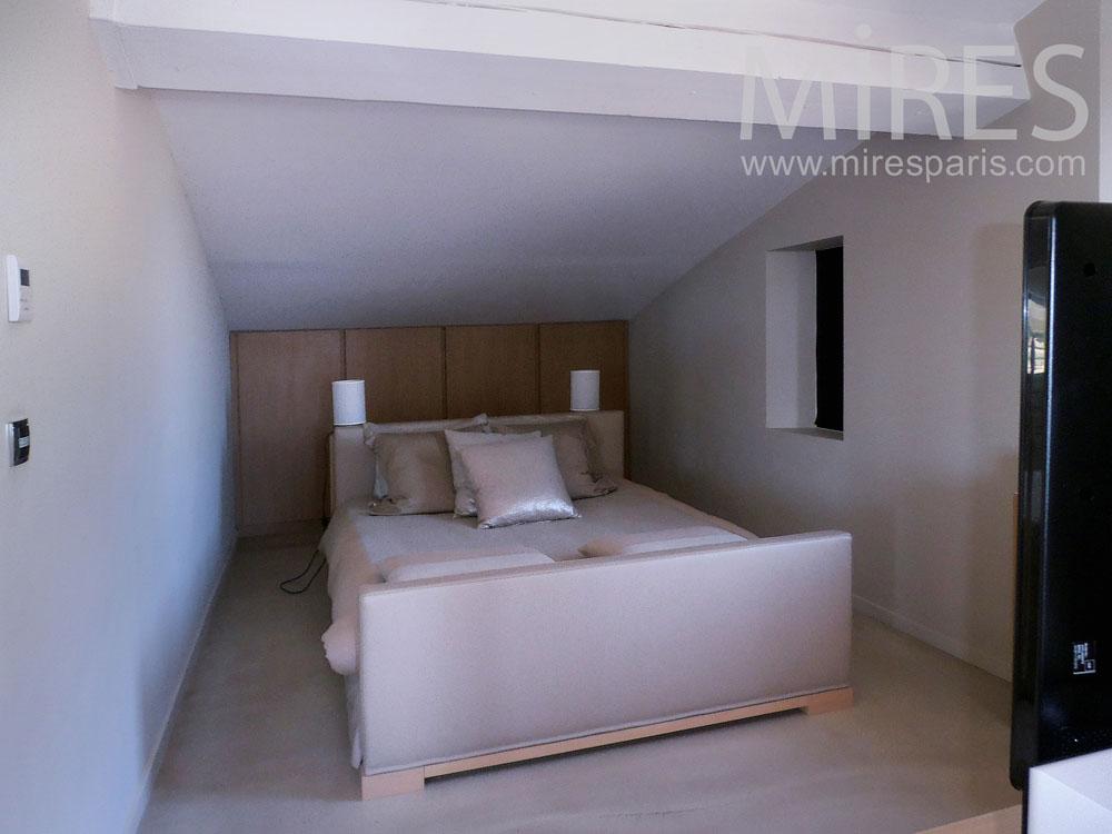 Petite chambre sous les toits avec salle de bains C0793  Mires Paris