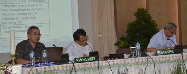 Ki-ka: Rm. Leo, Mgr. Tiamng (Ketua dan sekretaris Komisi Teologi) dan Mgr. Paskalis sebagai moderator