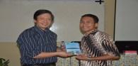 Fr. Kristo Ngasi sedang memperkenalkan bukunya kepada Budi Sutedjo