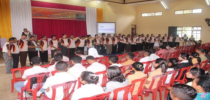 Anggota SIGNIS diperkenalkan kepada peserta Seminar