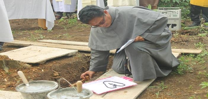 Ketua STP St. Bonevantura melakukan Peletakan Batu Pertama Asrama (Dok. STP KAM)