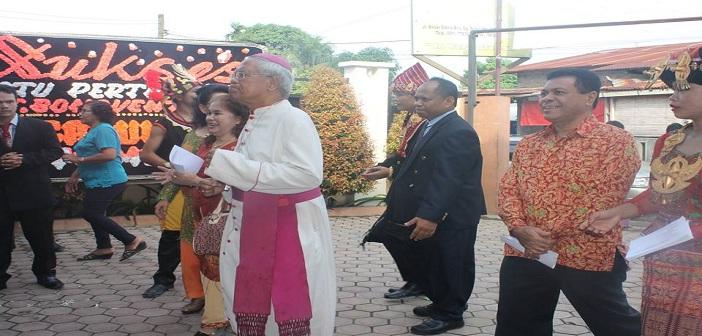 Penyambutan Uskup dan Dirjen Bimas Katolik oleh Panitia (Dok. STP KAM)