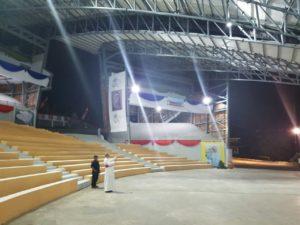 Mgr. J.Suwatan bersiap menyambut Salib untuk ditahtakan di Amphitheater Emmanuel Youth Centre. Foto. RD Revi Tanod