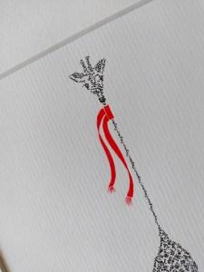 Calligram detail giraffe met rode shawl