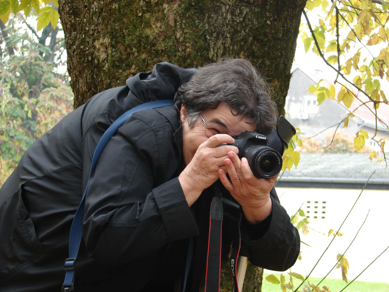 U jednoj ruci štaka, a u drugoj – fotoaparat