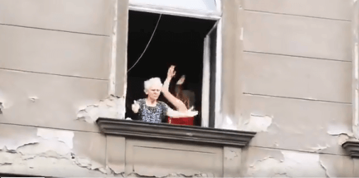 [Baka godine] Puštala glazbu i mahala navijačima s prozora zgrade u Frankopanskoj