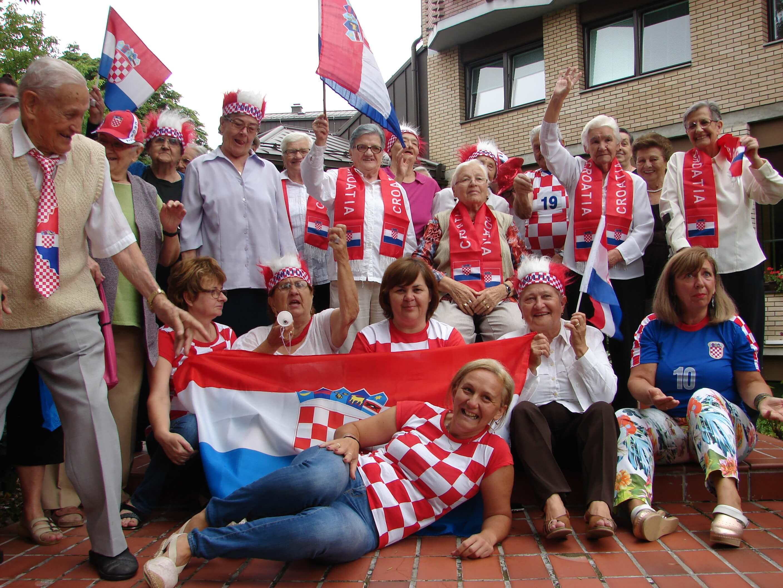 [FOTO] Ovako se navija za Vatrene: Umirovljenici predviđaju 2:1 za Hrvatsku!
