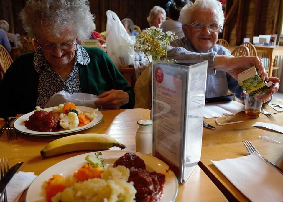 Stariji, za vaše zdravlje nije bitno samo što i koliko jedete, nego i kada!