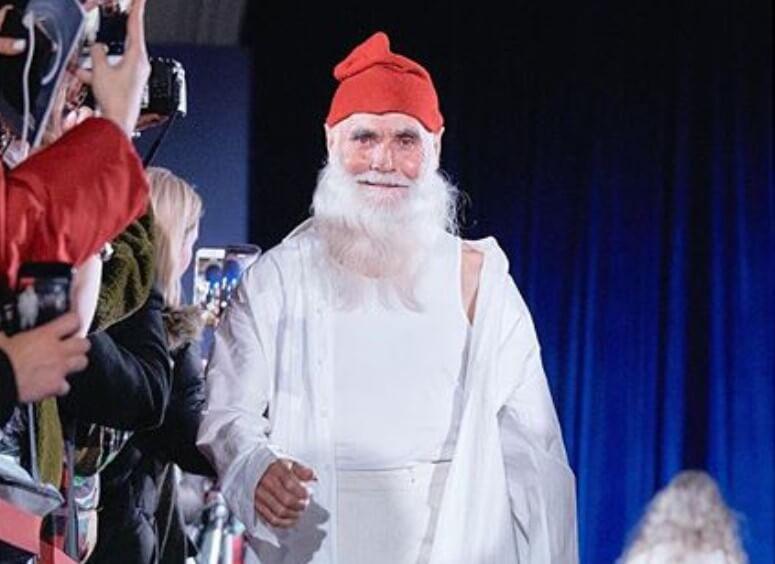 Bake, biste li se ljutile da vam ovaj modni Djedica donese poklon ispod bora?