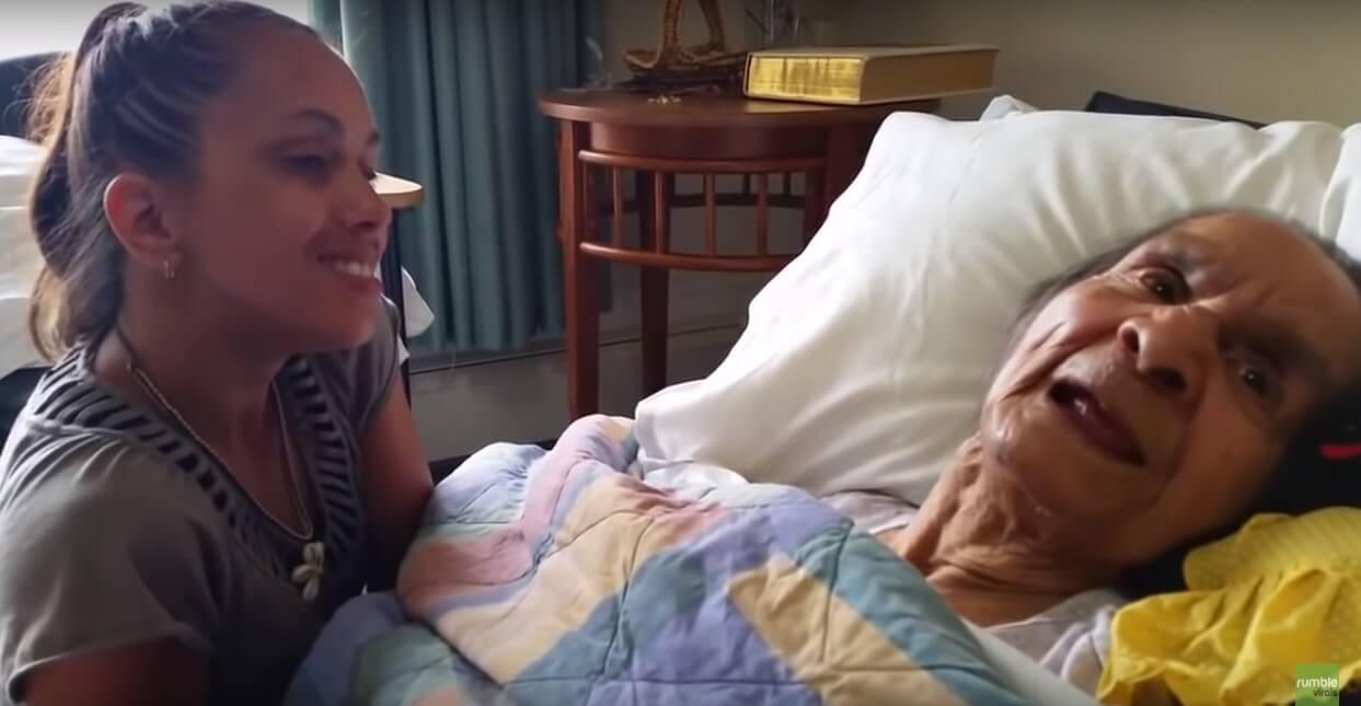 [VIDEO] Pogledajte dirljivi trenutak unuke koja pjeva svojoj dementnoj baki