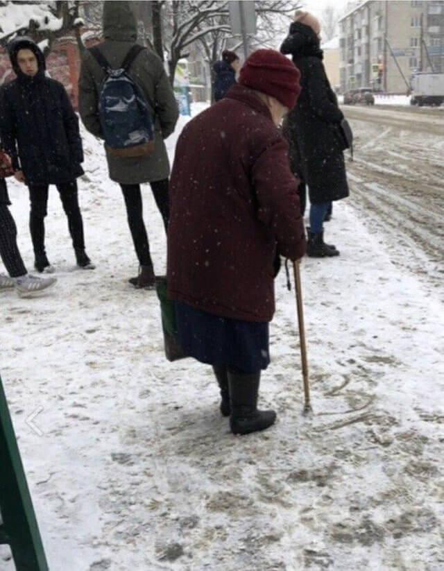 Fotka koja otapa: Bakica u snijegu crta srce štapom za hodanje dok čeka bus