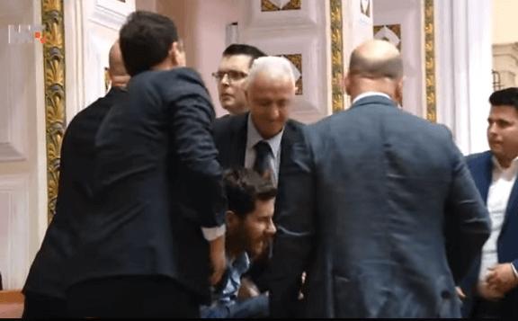 [VIDEO] Kaos u Saboru: Zaštitari izbacili Pernara jer je govorio o Sanaderu, Bunjac im prijetio smrću
