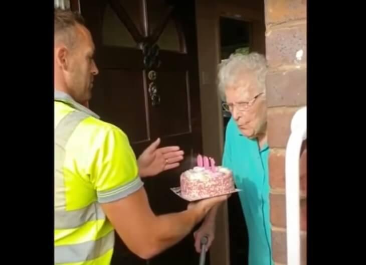 [VIDEO] Smetlari tortom za 100. rođendan do suza ganuli omiljenu mušteriju