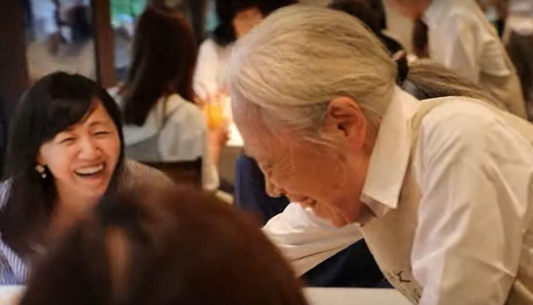 Restoran pogrešnih narudžbi: Svi konobari imaju demenciju, ali gosti su zadovoljni