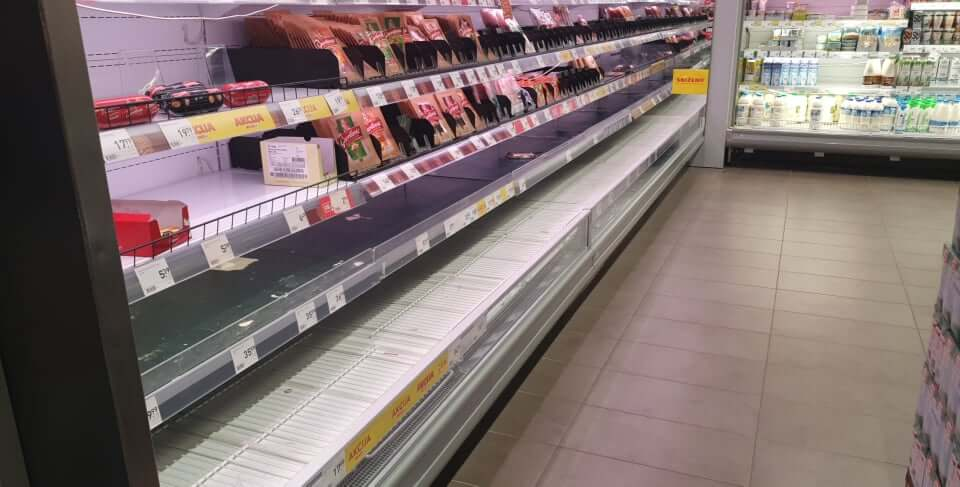 Prazne police s mesom, kupuju se kištre, fali dezinficijensa, porasle cijene voća i povrća…