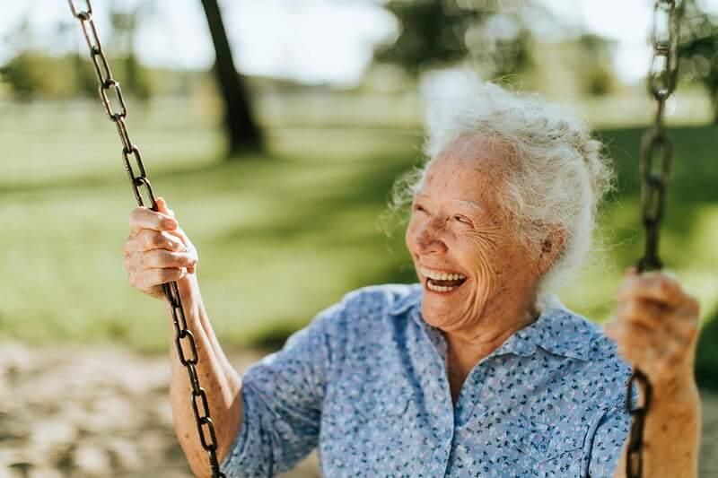 Znanstvenik otkrio u kojim su godinama ljudi najviše sretni, a u kojima najmanje