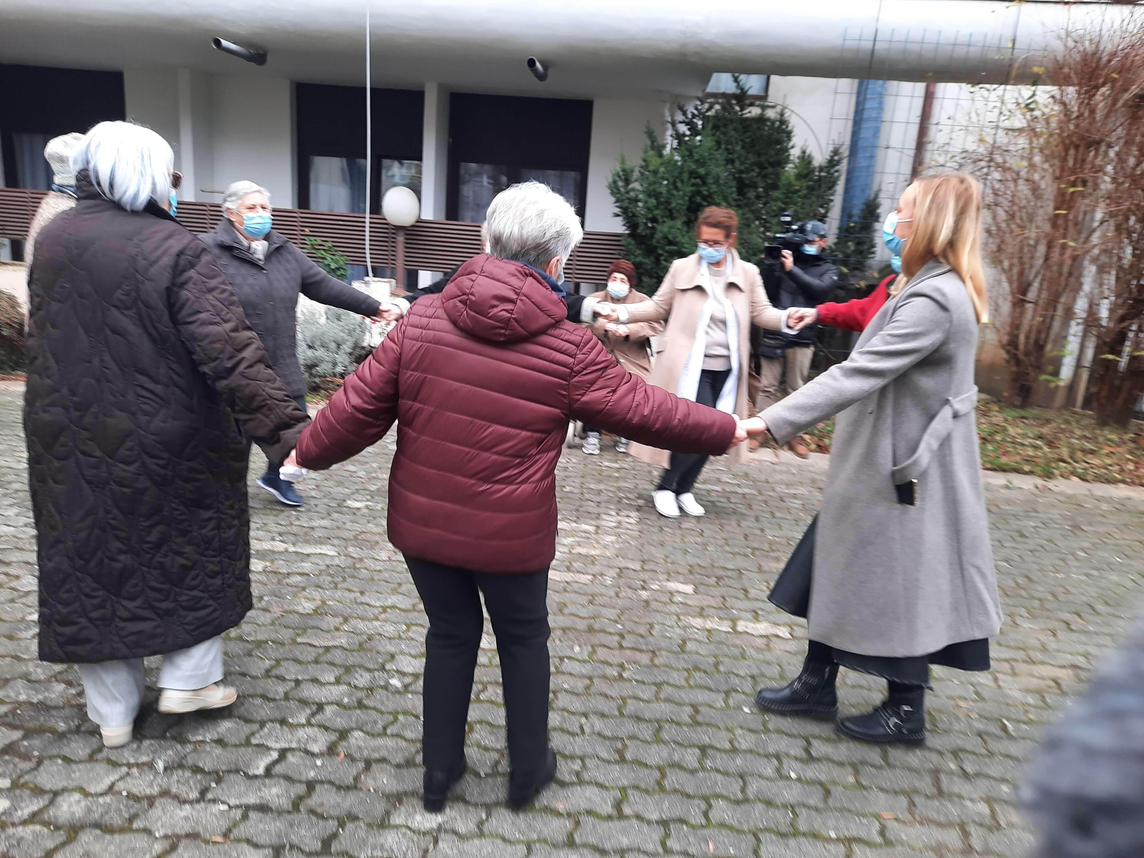 Tinejdžerice održale koncert u domu, umirovljenici čak i zaplesali