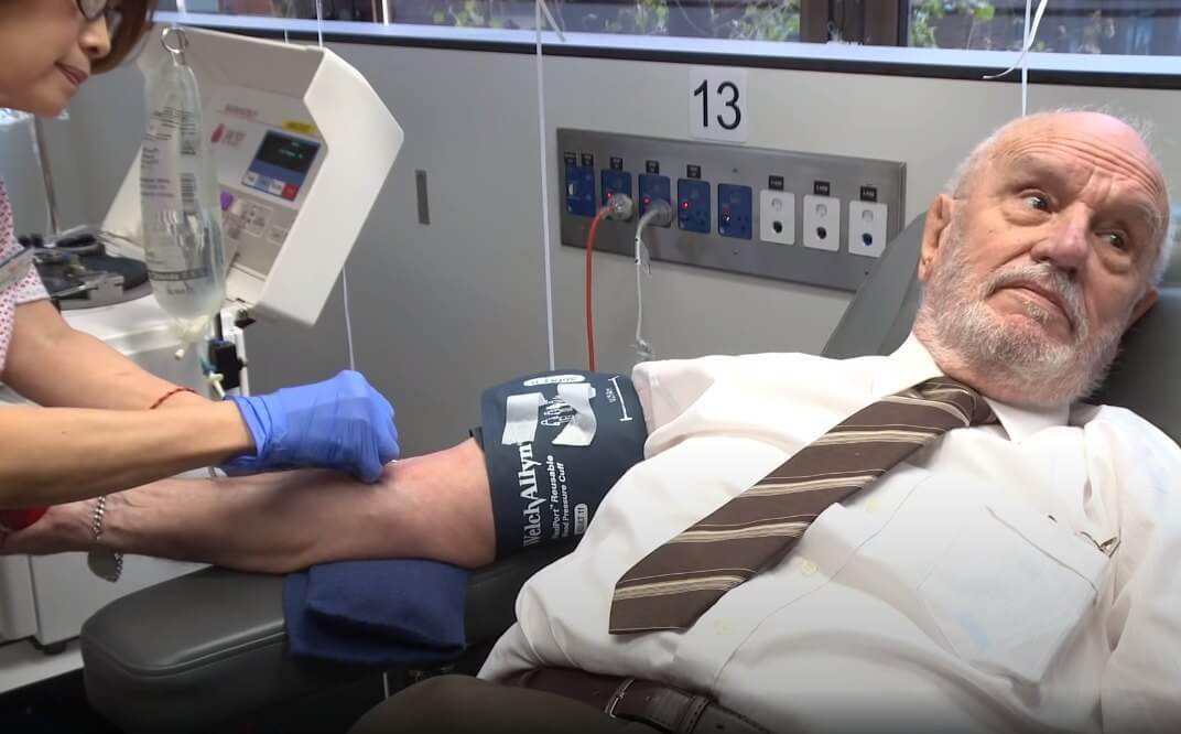 """Ovog umirovljenika zovu """"čovjek sa zlatnom rukom"""": Njegova krv spasila je preko dva milijuna djece"""