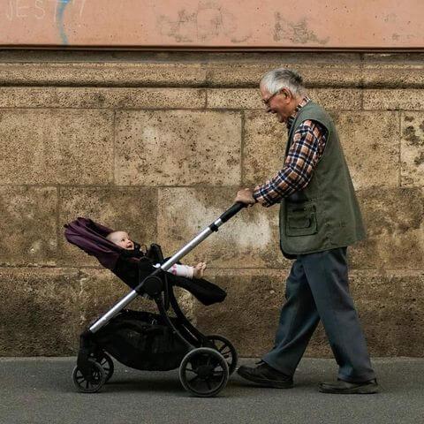 Fotografija govori tisuću riječi: Evo koliko umirovljenici vole svoje unuke
