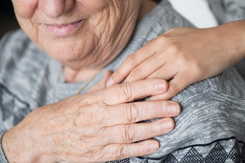 Skandalozno: Država odustala od statusa njegovatelja za starije osobe u obitelji!