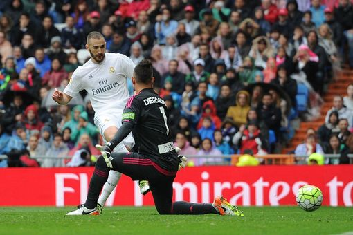 Karim Benzema beats Diego Alves to score Real Madrid's second goal